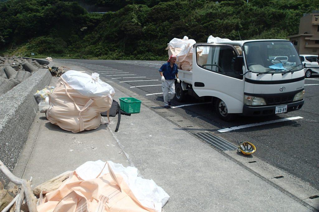 2トントラックが2杯分以上のゴミが陸上に上がります