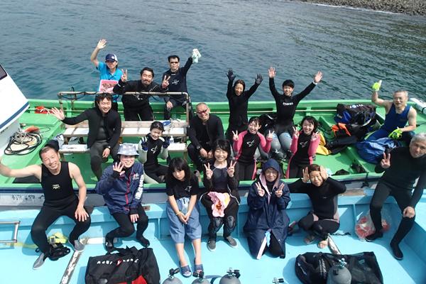 沢山のメンバーが集まって、船の上で記念撮影を行いました