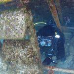 桟橋の撤去作業で水中作業をするダイバー