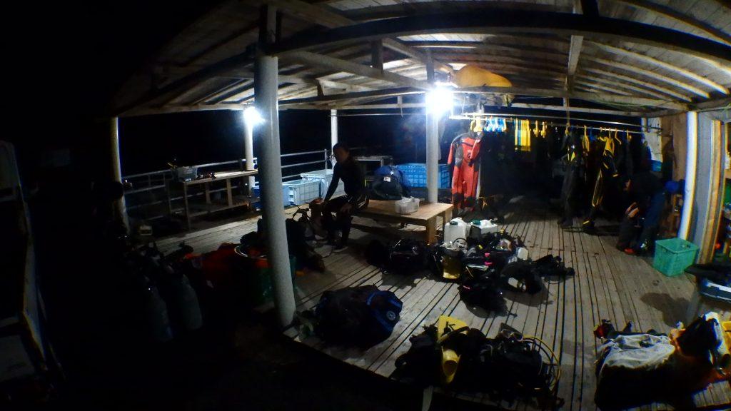 器材はあわせて20組以上、沢山のダイバーがナイトダイビングで集まりました