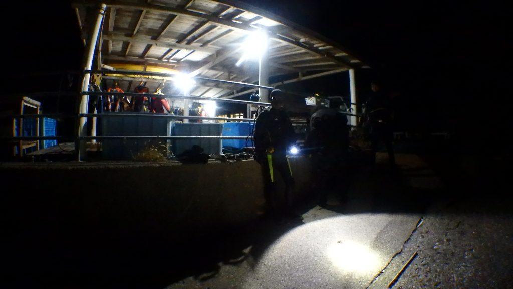 ナイトダイビングのために照明が付く瀬ノ浜のダイビング小屋