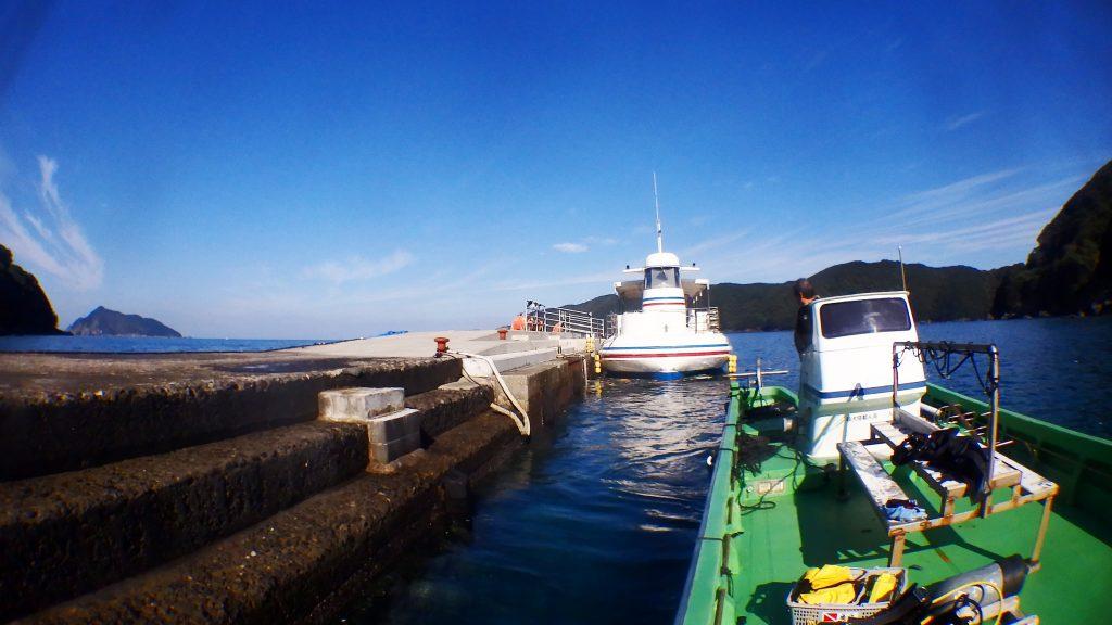 瀬ノ浜桟橋に停泊中のガイヤナを見ながら作業ダイビングの現場に向かう
