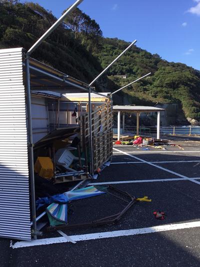瀬ノ浜前の小屋が台風の影響でひっくり返った。物が散乱して風の強さが想像できる