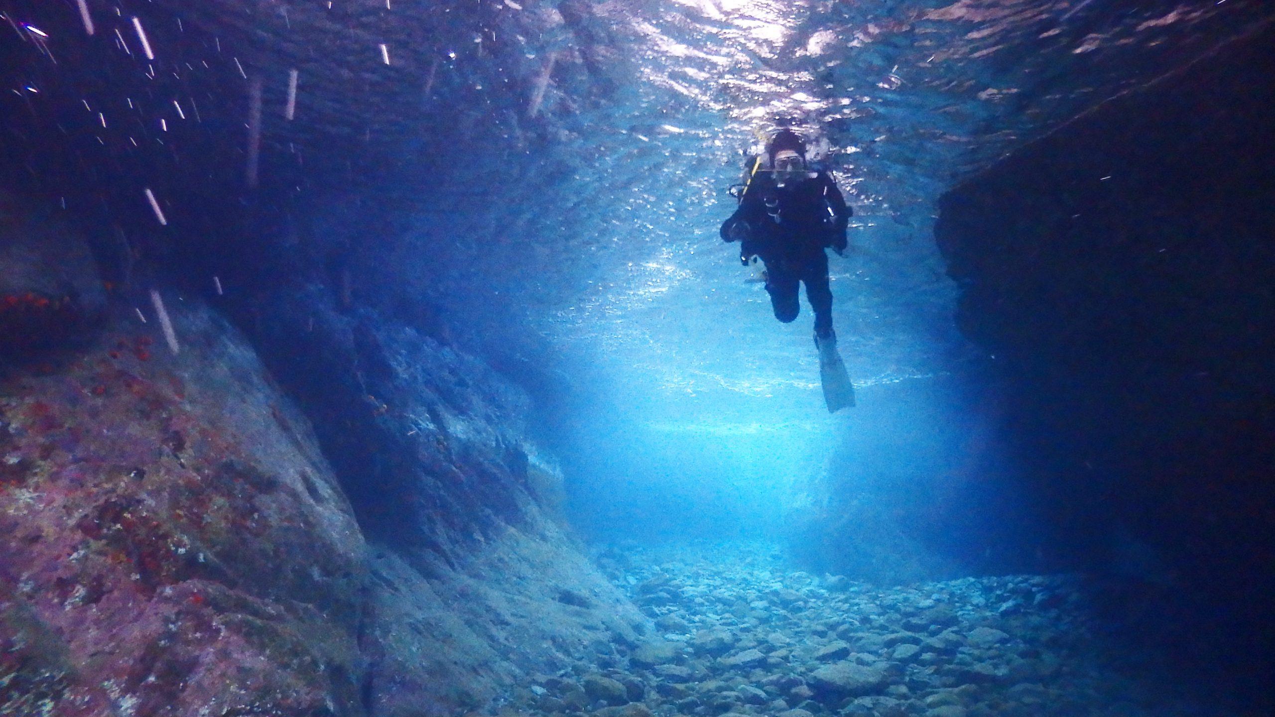 洞窟を泳ぐダイバー
