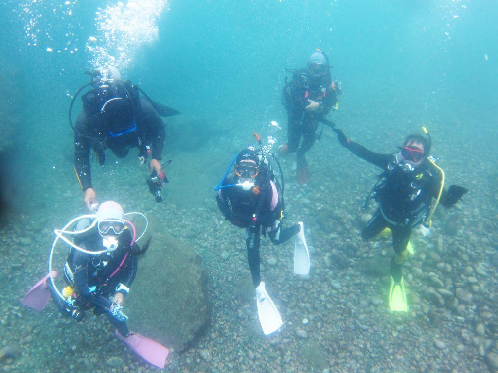 ファンダイビングの前には、参加者全員で水中記念写真。