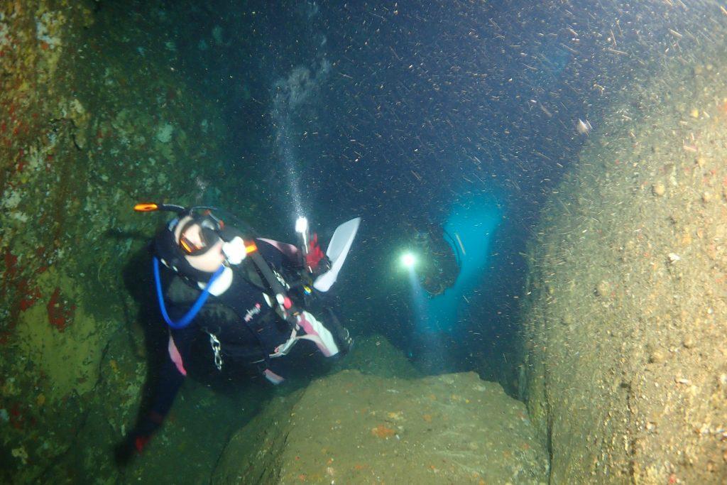 暗い洞窟も三人のライトが集まると明るくなる。奥の方には入り口がうっすらと見えている。
