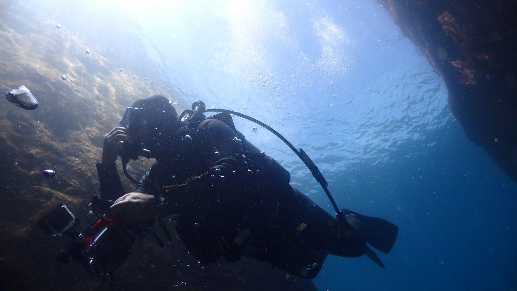 岩と岩の間を通り抜けるダイバーを真下から撮影すると、綺麗な水面も一緒に映り込み、雰囲気のある写真が撮れます。