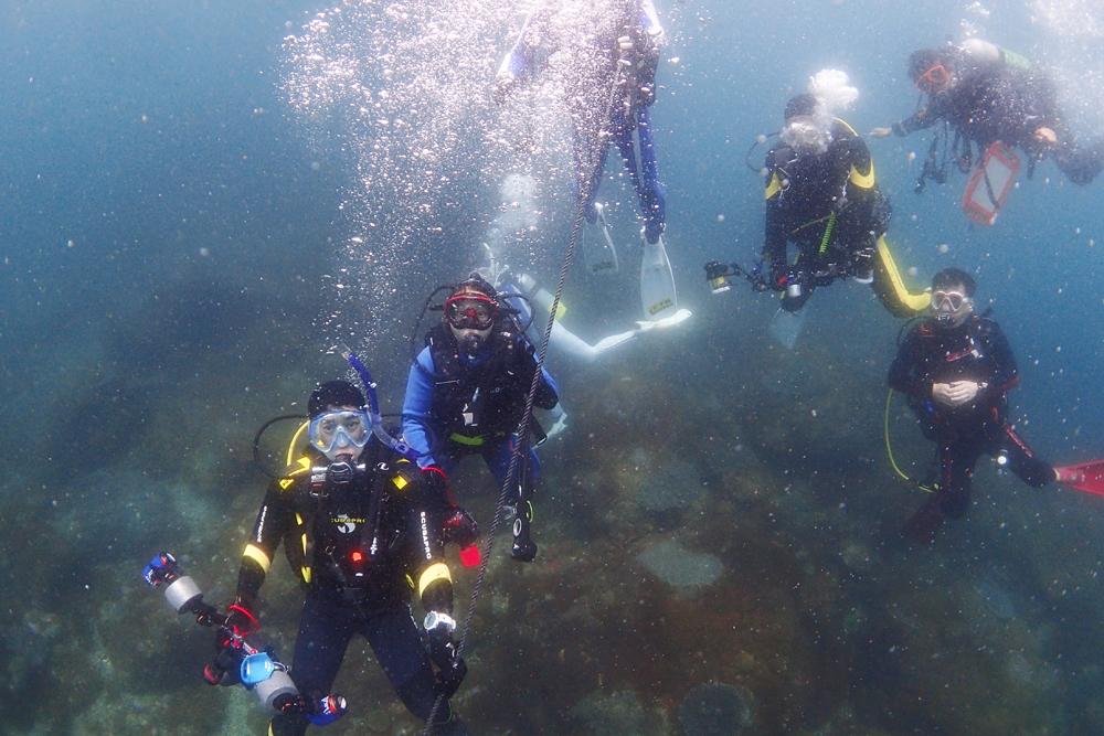 全員で7人のファンダイビングチーム。船から降りるとアンカー付近で記念撮影をしてから移動します。