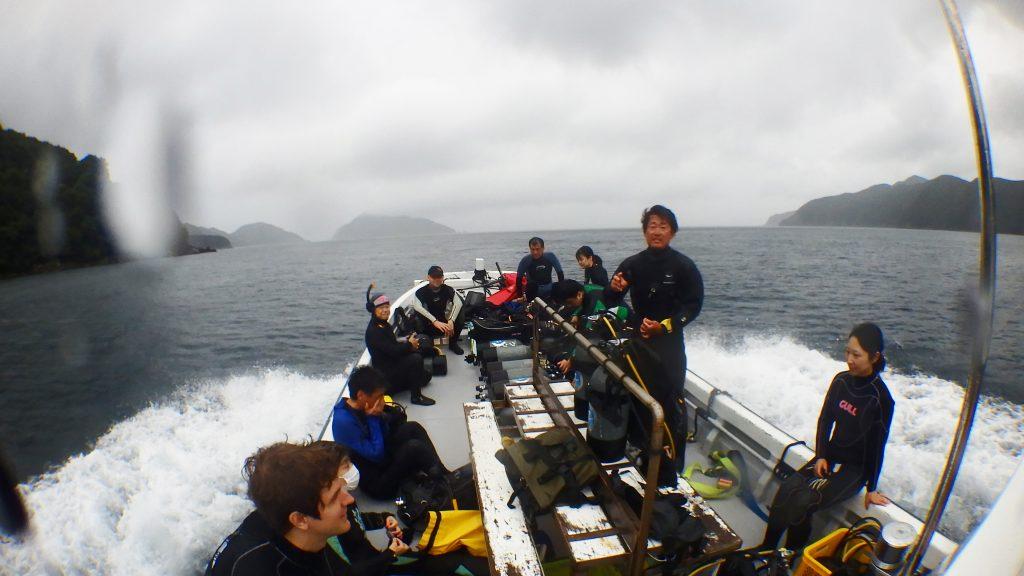 l沢山のダイバーがあつまった日。合計で13人でファンダイビング。雨が降って天候がいまいちですが、皆さんボートの上で笑顔です。