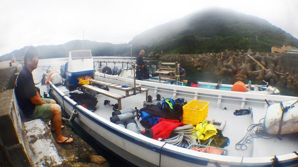 鹿島へ行く前の準備中。二隻のダイビング船が横付けされていて、一隻には大量の荷物が積み込まれている。