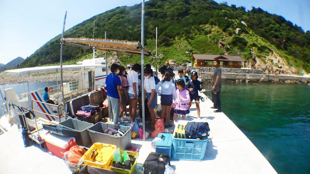 シーウォーカー体験前に準備をする小学生と中学生達。桟橋がきつきつになる程沢山で遊びに来てくれました。