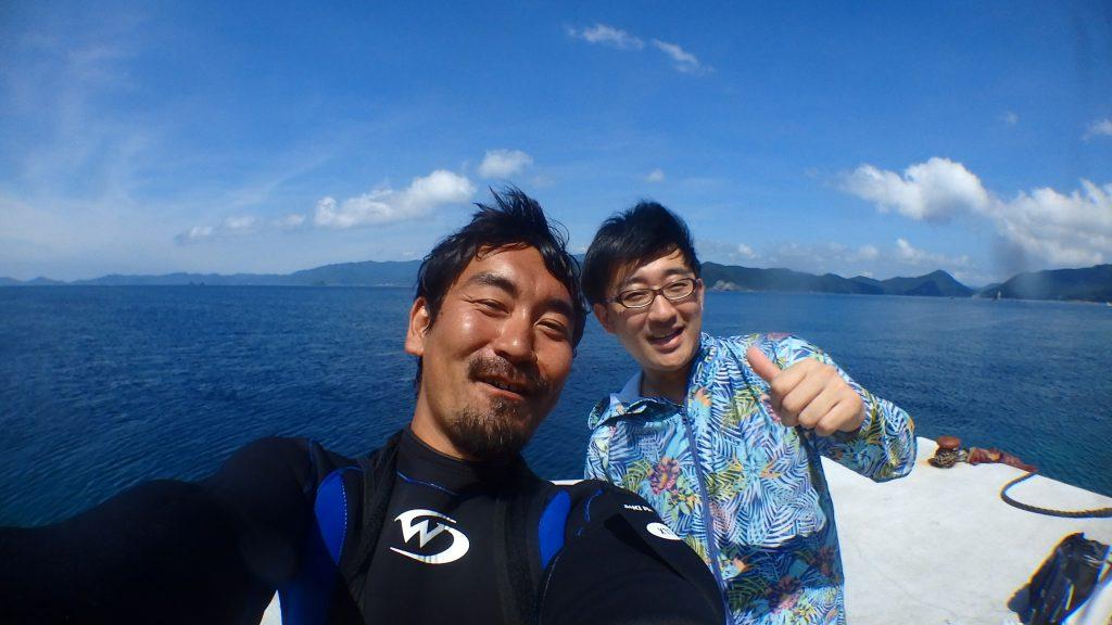 お客さんと高橋のツーショット写真。桟橋先端の海が良く見える場所で自撮りしてみました。