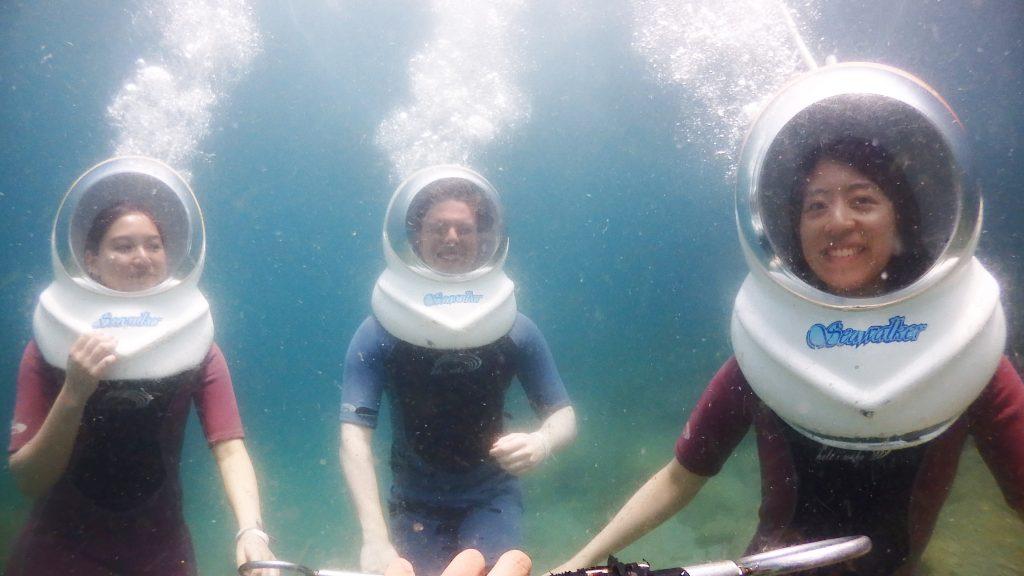3名でシーウォーカー体験をされたチーム。皆様楽しそうに水中を散歩しています。