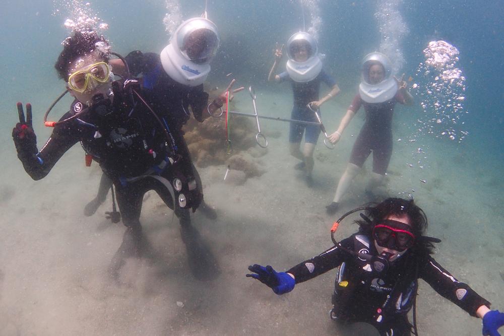 シーウォーカー最中に体験ダイビングのお二人と海中で出会いました。こちらのチームも合わせてみんなで記念撮影。5名も並ぶと写真がにぎやかです。