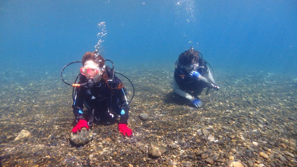 体験ダイビングは水底を張って移動するので、呼吸が乱れることなく簡単に水中世界を楽しむことができます