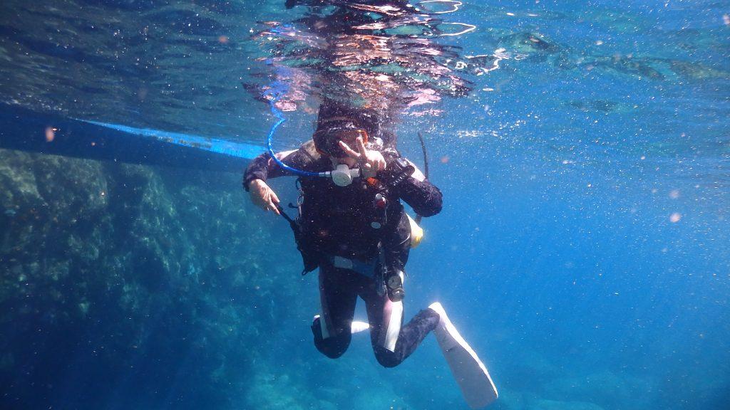 エントリーして、水面に浮いている女性ダイバーを水中から記念撮影。水面が鏡のように反射していて、不思議な光景です。