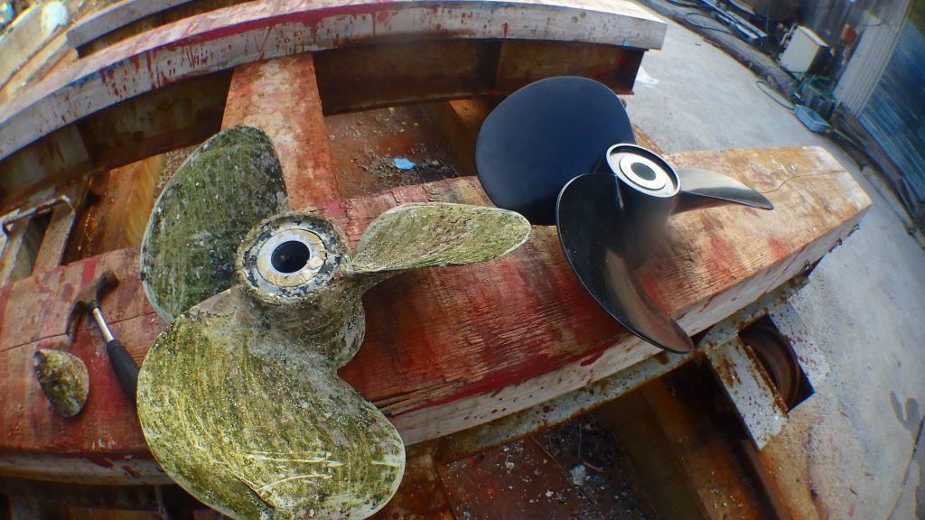 新しいプロペラと取り外したプロペラが船台の上に並べられている。古い方はコケも生えていて、使い物にならなさそうだ。