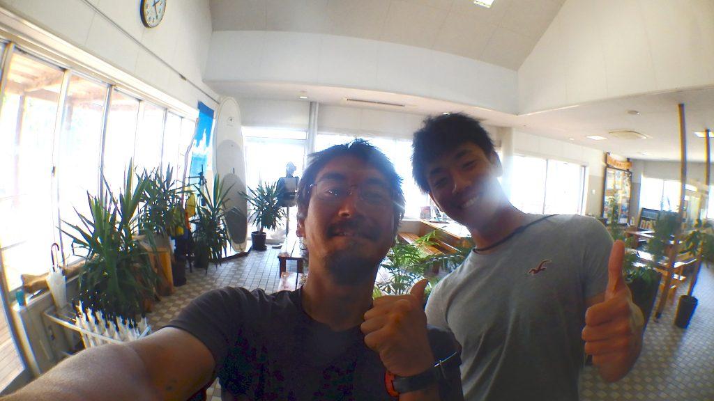 体験ダイビングの前、受付前にてお客様と一緒に自撮りで記念撮影。
