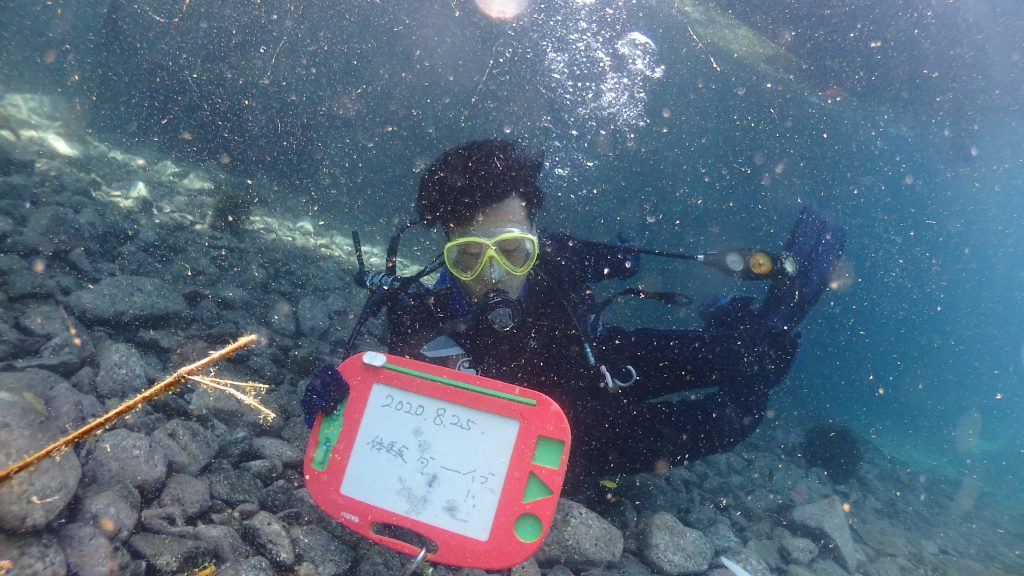 体験ダイビングの初めに、水中で記念撮影をしているが、お客様はタイミング悪く目を閉じてしまったようだ。