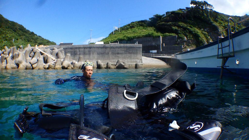 体験ダイビングの最後には、水面で記念撮影して終わります。たまたま男性の顔が渋く撮れてしまった。