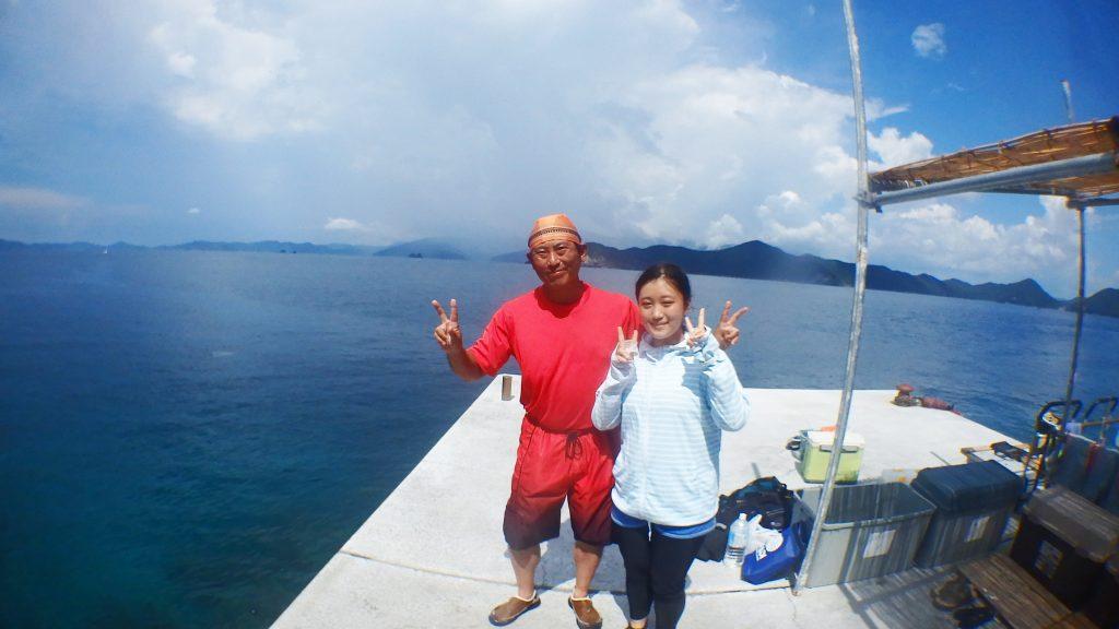 シーウォーカー体験の前に、体験場所の桟橋で記念撮影をする二人。