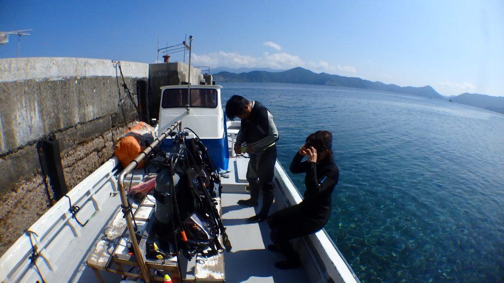 体験ダイビングは無人島「鹿島」で行います。いつもおなじみのシーウォーカーで使っている桟橋の反対側で、船から海へ入ります。