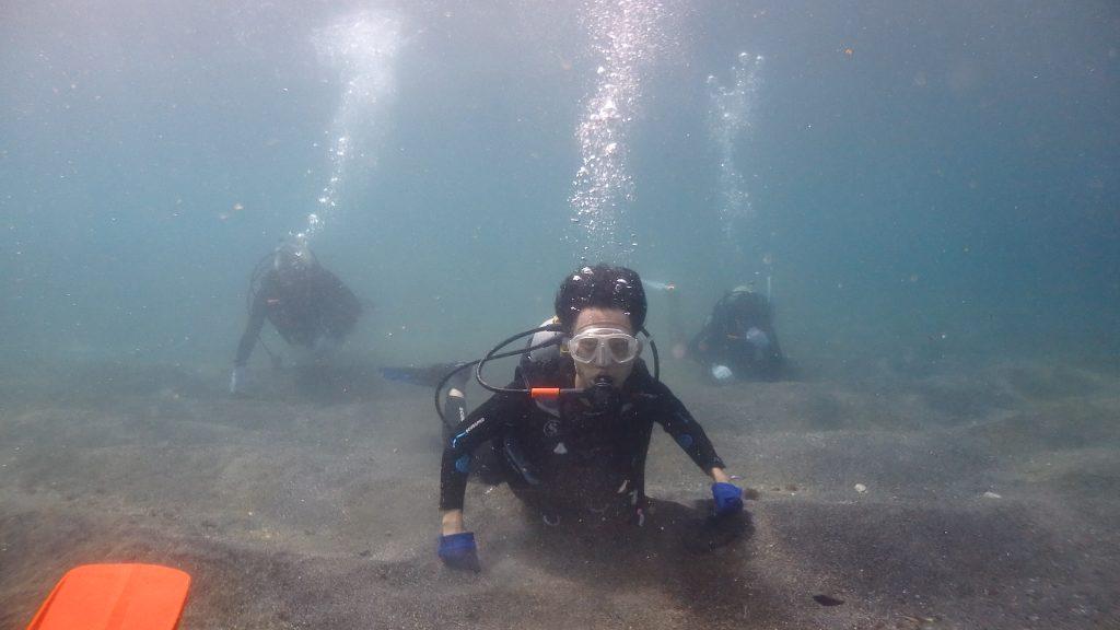 鹿島の浅い砂浜で海へ。体験ダイビングのコースは簡単に入れる場所からスタートです。