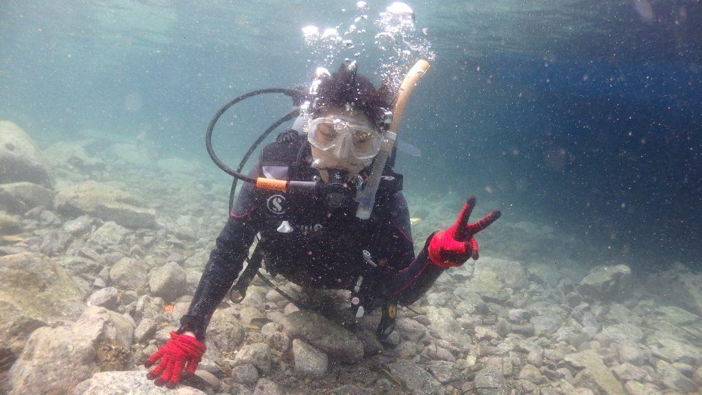 限定水域の最初は足がつく、浅い場所からの水中に慣れていきます。