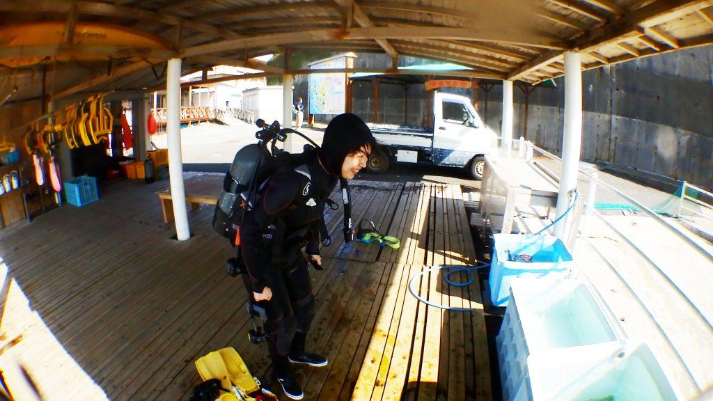 講習が終わった後は機材を洗って後片付け。瀬ノ浜の洗い場はとても広くて、海から上がったらすぐに洗い場なのが使いやすいです。