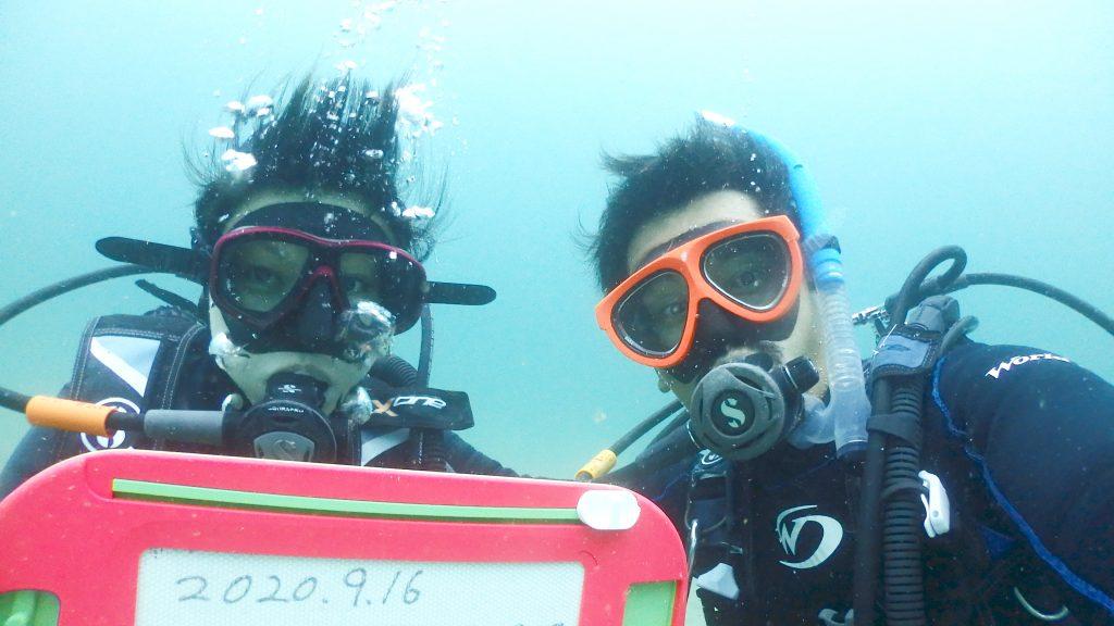 私も一緒に自撮りで記念撮影。水深10mの記念日です。