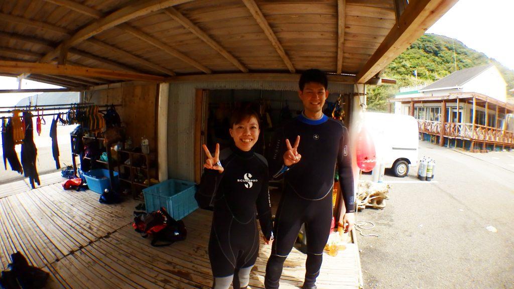体験ダイビングのお二人がウエットスーツに着替えを済ませて、無人島の鹿島へ渡ります
