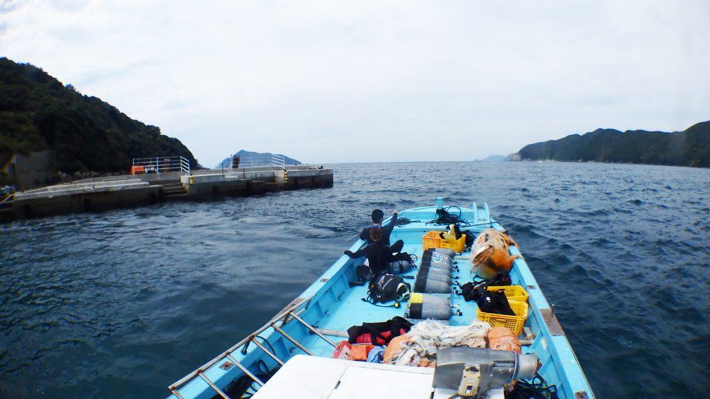 少し荒れた海の中、無人島鹿島へレッツゴー