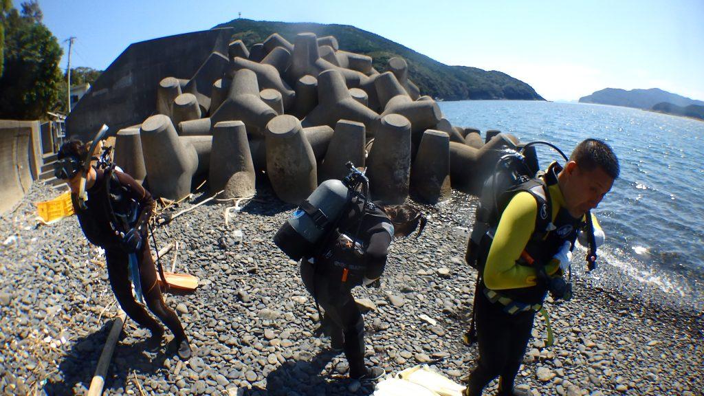 海が荒れた場合には、風よけができる穏やかな海まで移動してから、オープンウォーターの講習を始めます