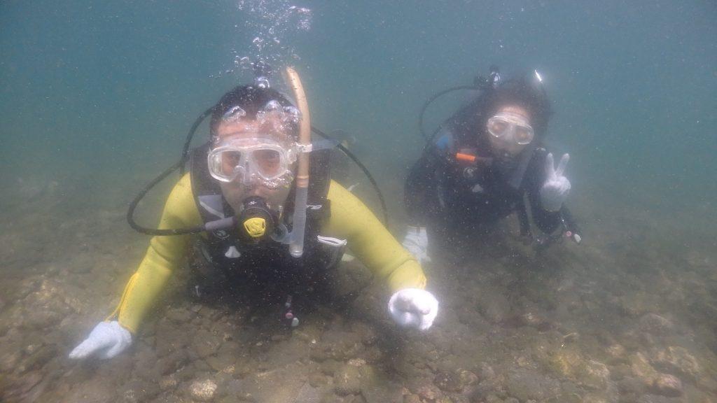 湾内は濁っていますが、落ち着いた環境で海に入れる為か、初めて海に入る二人のダイバーは快適そうにこちらを見てピースサインを送っています