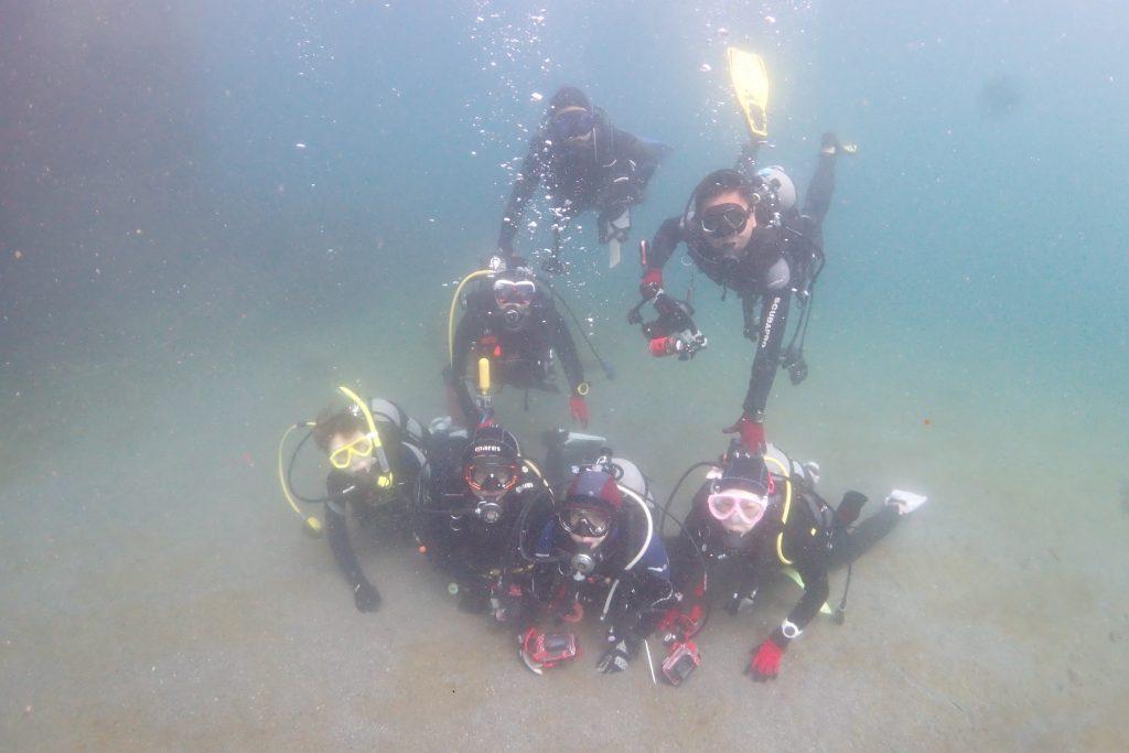ファンダイビングに参加された皆様一緒に、海中で記念撮影。