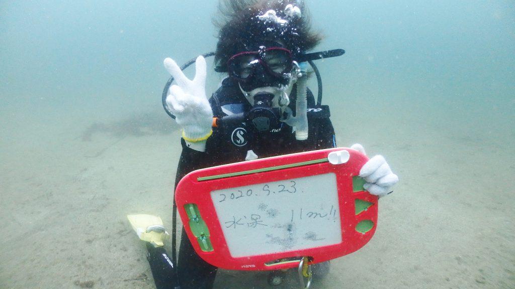 オープンウォーター講習の限定水域を終えて、1度目の海洋実習で水深11m まで到達した女性ダイバー。