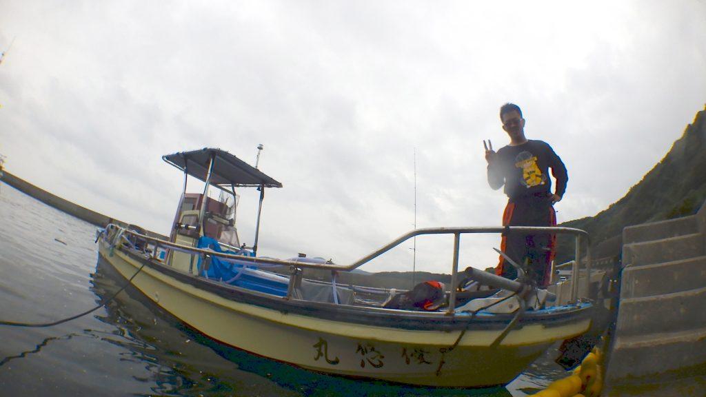 ひので渡船さんの船長がこちらの様子をうかがっています。水に入る直前に船の上の船長を撮影しました。