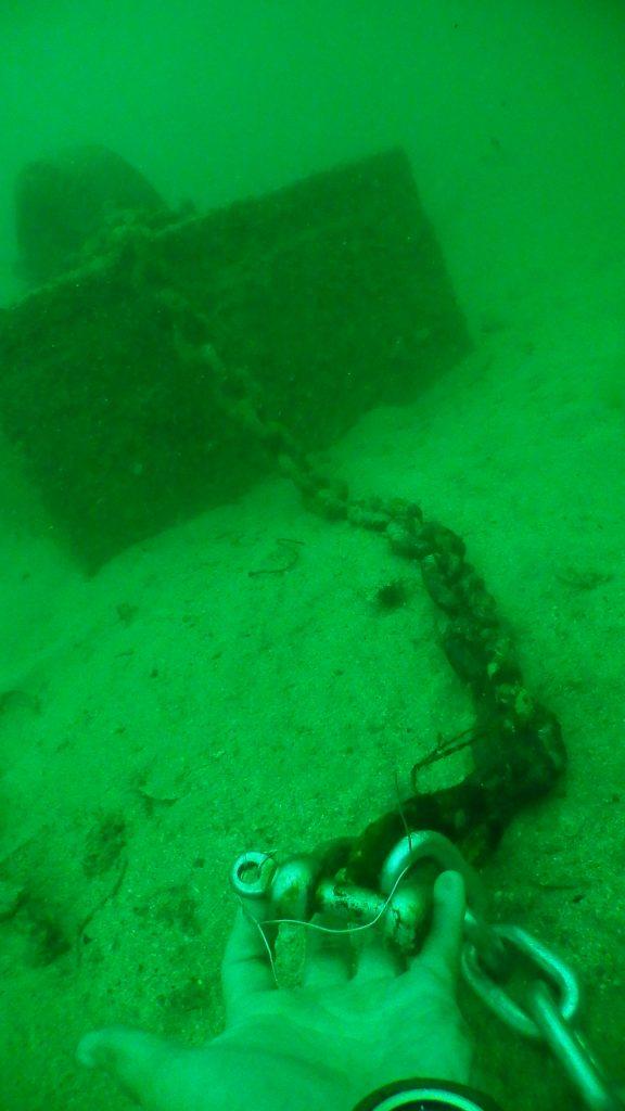 湾内の海中には沢山のアンカーが沈められていますが、そのうちの一つからチェーンを取ってくる作業潜水の様子です