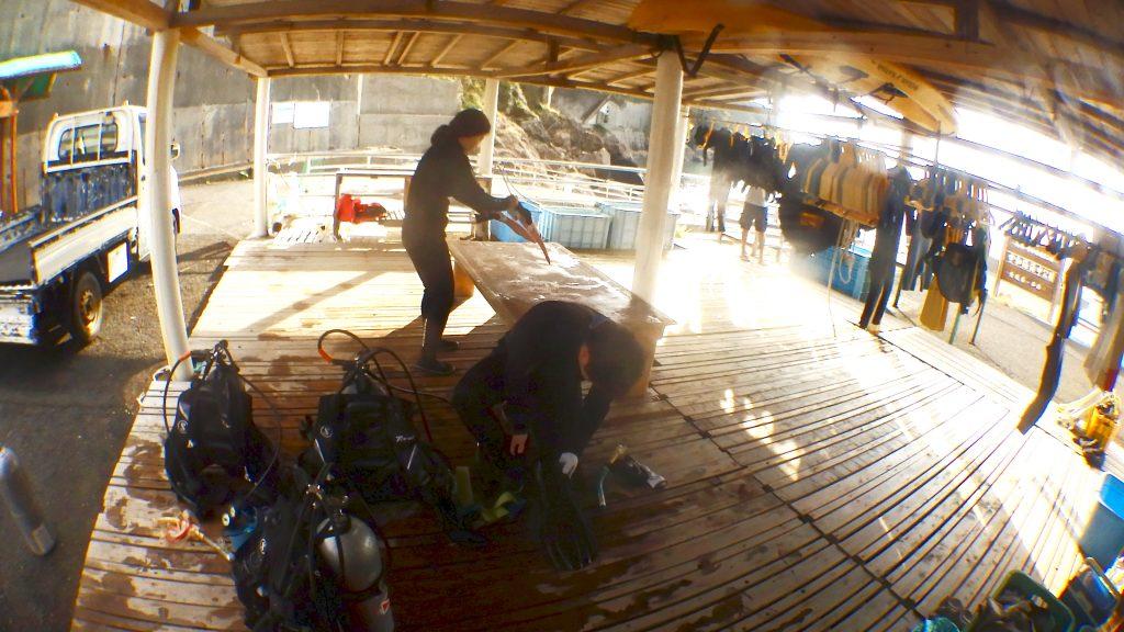 スノーケル講習が終わった後で、mダイビング機材をセッティングして、フィンなどの小物類をまとめているお二人の様子