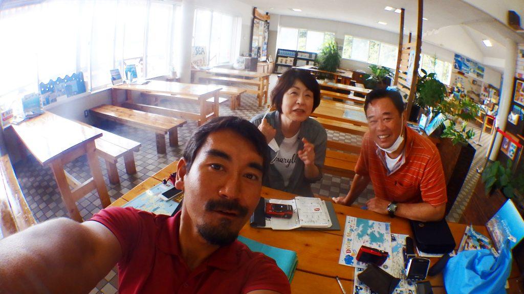 ファンダイビングの前の説明で、楽しそうにしている広島から来られたお二人のダイバー
