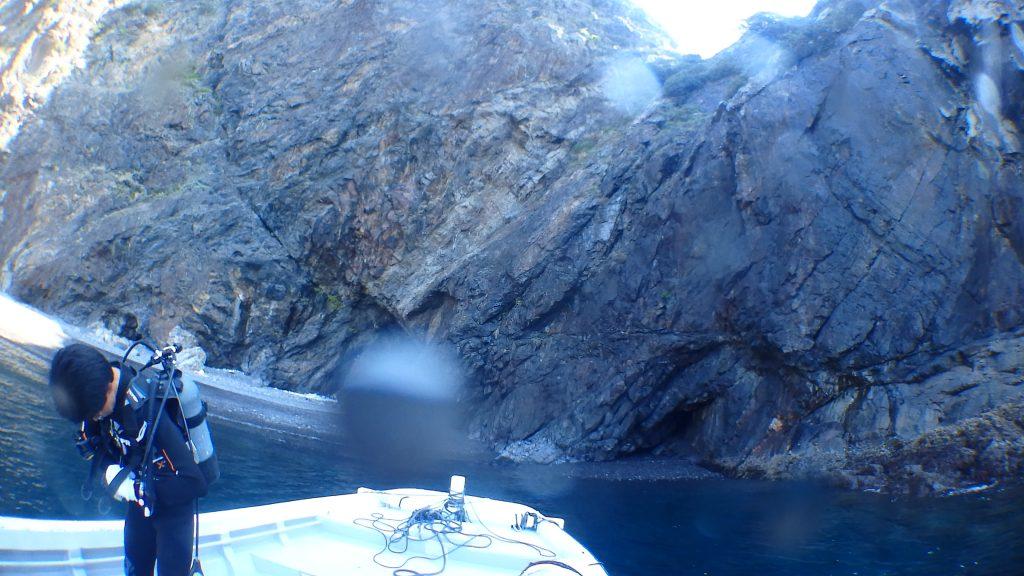 鹿島の南側斜面は台風などの大波で浸食された岩肌が荒々しく連なっています。