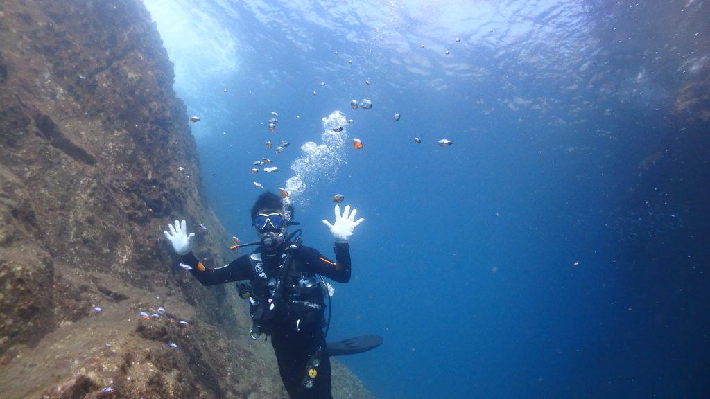 水中も陸上と同じように岩が切り立っていて、ダイビングポイントとして使用している場所でも底は35mの絶壁になっています