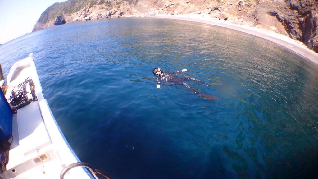 ダイビングの終わりに、水面にプカプカと浮かんで気持ちよさそう。後ろには浜が見えていて、気分はプライベートビーチです。