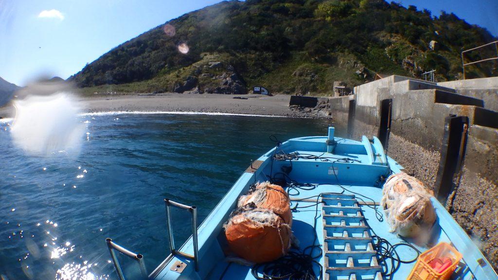いつもの鹿島桟橋に船を停泊させて、作業の準備に取り掛かる。砂浜が綺麗に見えています。