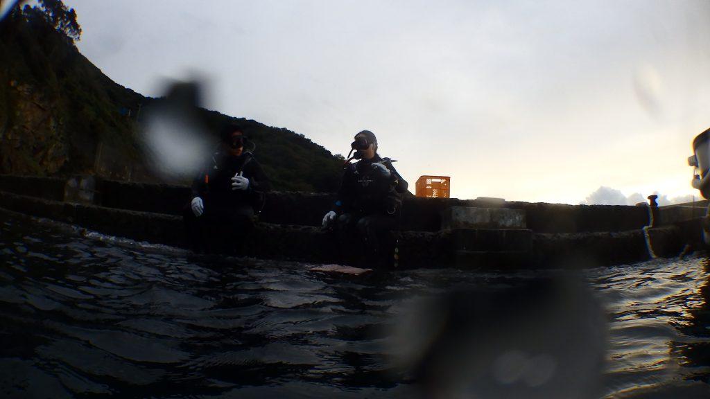 インストラクターが先に手本を見せて海に入った直後、振り返って写真を撮影。二人の講習生が手順の確認をしています。