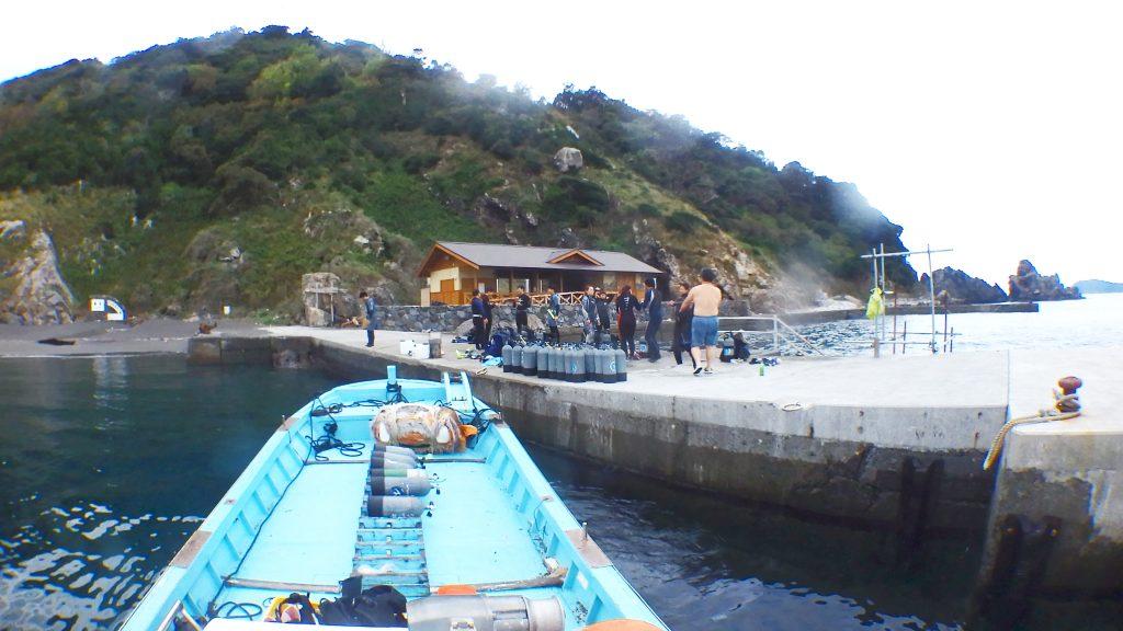 鹿島の桟橋に10名以上のダイバーが集まりました。皆さん楽しそうに潜る為の準備を始めています