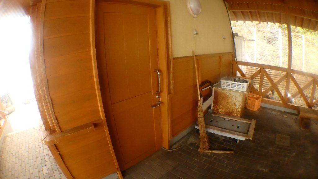 無人島「鹿島」の用具入れに使っている部屋が空かない。潮が掛かって、鍵穴がさび付いてしまっているようです。