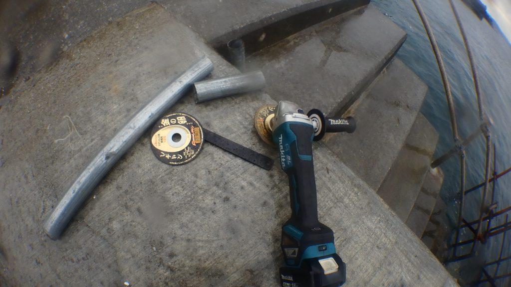 電動工具はディスクグラインダーを使っています。単管パイプ程度を切断するなら、専用カッターでなくても大丈夫。