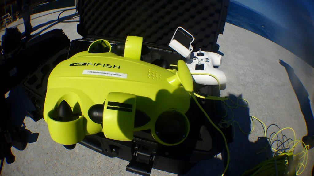 最先端テクノロジーの水中ドローンは簡単に操作ができるように、ファミコンのようなコントローラーが付属されています。