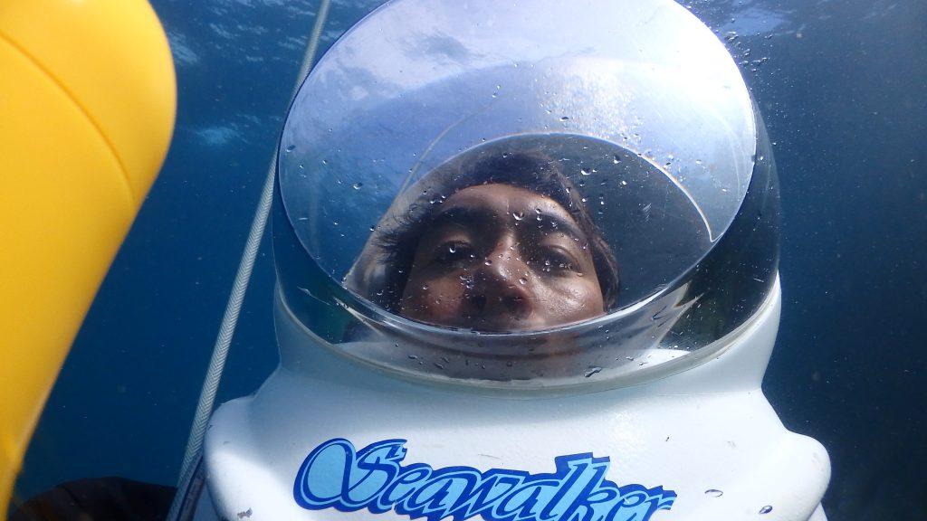 1か月以上ぶりにシーウォーカーのヘルメットをかぶって水中散歩をする私の自撮り写真
